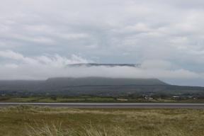 Plateauberg in Wolken